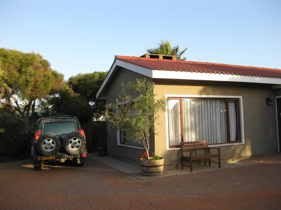 Sandfields Guesthouse: Main entrance - great privacy behind locked gates