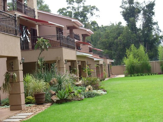 Collingham Gardens Residence & Club: Enjoy our exquisite gardens and manicured lawns.