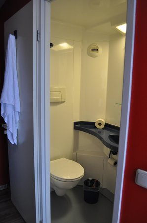 shower picture of generator hostel berlin prenzlauer. Black Bedroom Furniture Sets. Home Design Ideas
