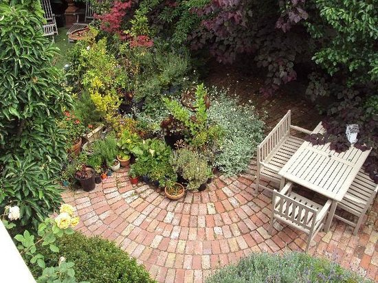Gorgeous courtyard garden picture of captains retreat for Courtyard landscaping melbourne