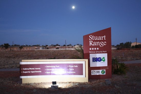 BIG4 Stuart Range Outback Resort: Twilight front entrance