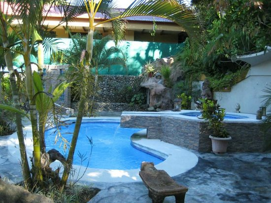 Coyaba Tropical Bed and Breakfast: The pool and jacuzzi