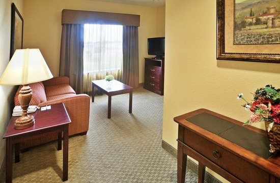 Holiday Inn Express Texarkana: 2 Room Suite Living Area