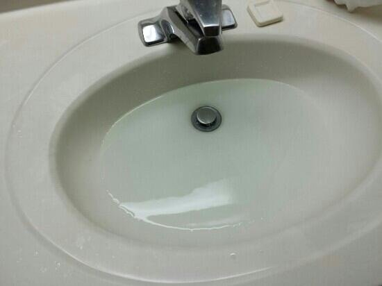 Microtel Inn by Wyndham Raleigh Durham Airport: sink and tub had plumbing issue's