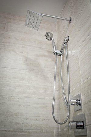 Ironworks Hotel: Shower (Traditional & Heritage Suites