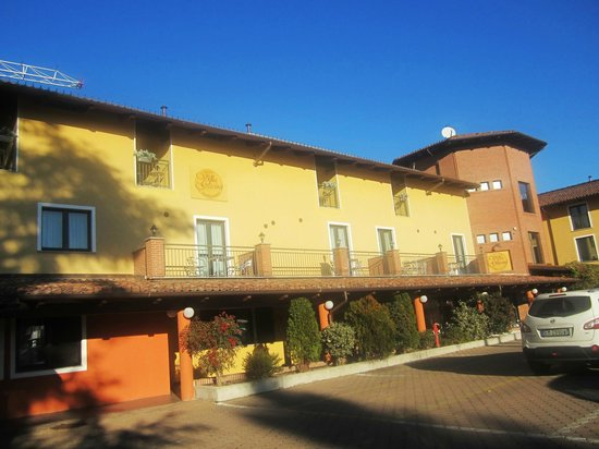Hotel Villa Glicini: Front including parking lot.