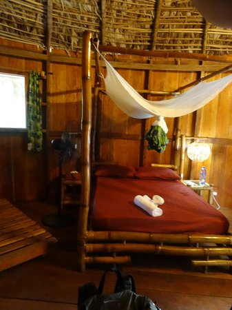 Libassa Ecolodge: Bed in the room with insect net