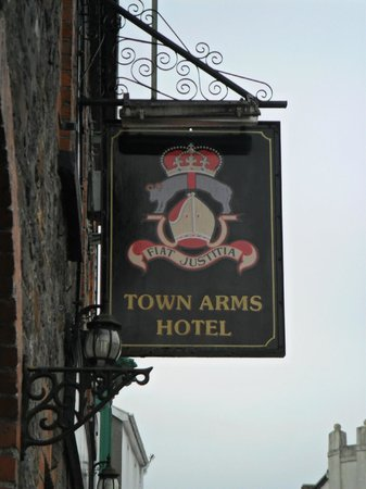 ‪Town Arms Hotel‬