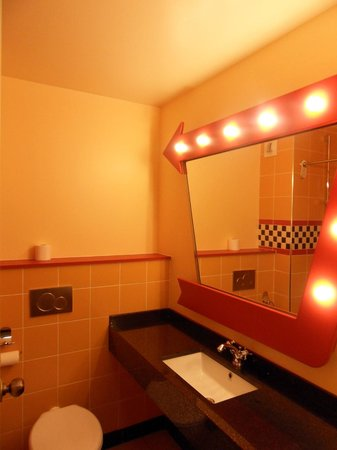 salle de bain picture of disney 39 s hotel santa fe marne la vallee tripadvisor. Black Bedroom Furniture Sets. Home Design Ideas
