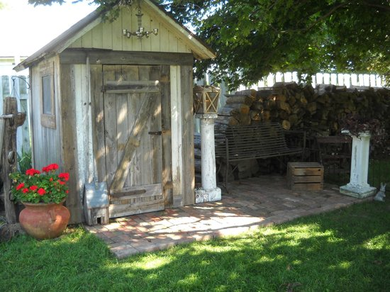 Harpster Davenport Guest House: Repurposed Outhouse converted to Potting Shed
