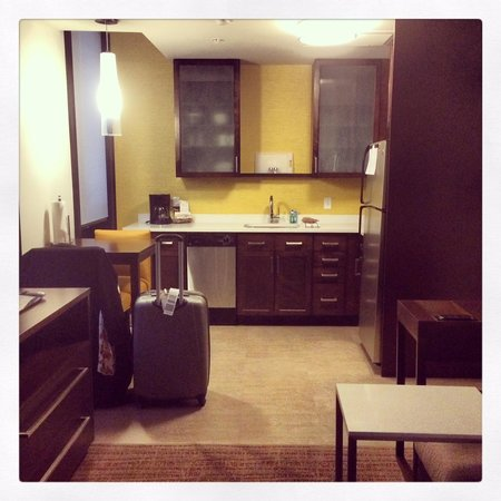 Courtyard by Marriott Omaha Downtown: Kitchen