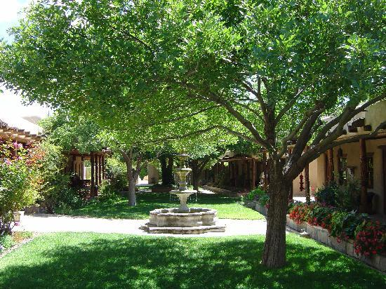 Marathon, TX: Courtyard at Gage Hotel