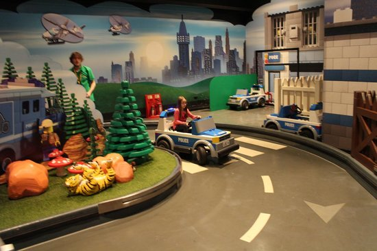 http://media-cdn.tripadvisor.com/media/photo-s/05/66/38/4c/legoland-discovery-centre.jpg