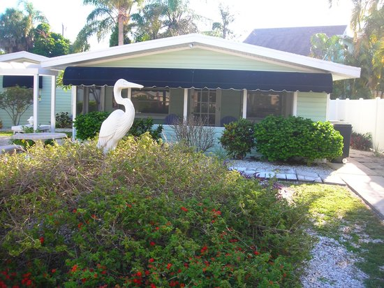 Banyan Tree Resort: Inviting view of cottage with screened in porch to do nothing but relax and enjoy Siesta Key.
