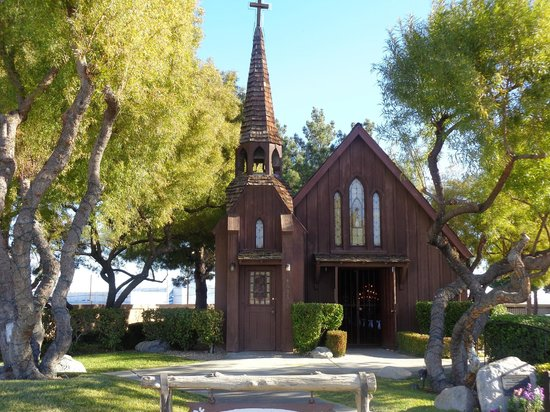 Just married picture of little church of the west las for Little las vegas
