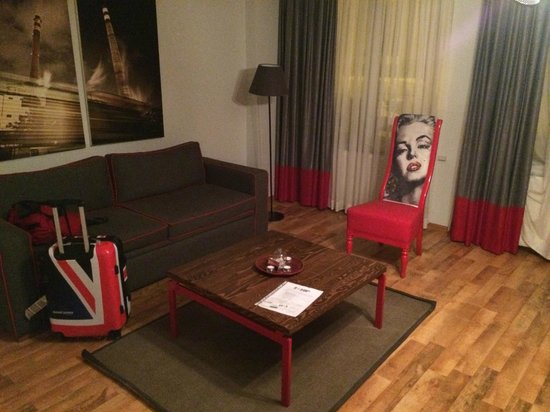 212 Istanbul Suites: Sofa, table, chair