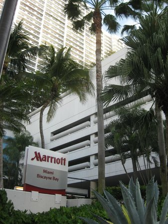 Miami Marriott Biscayne Bay: Front view of hotel