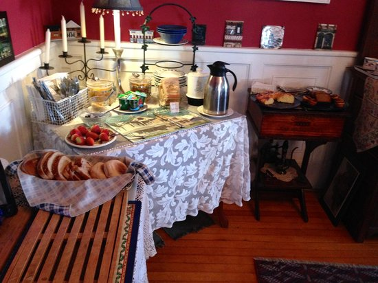Historic Hill Inn: The breakfast spread