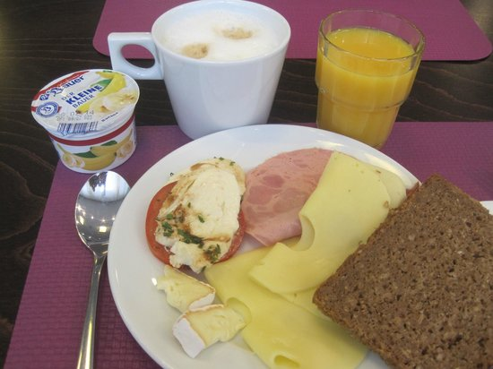 Belle Blue Hotel: Lovely capaccino, fresh juice, selection of cheeses and yogurts,,,,,very nice