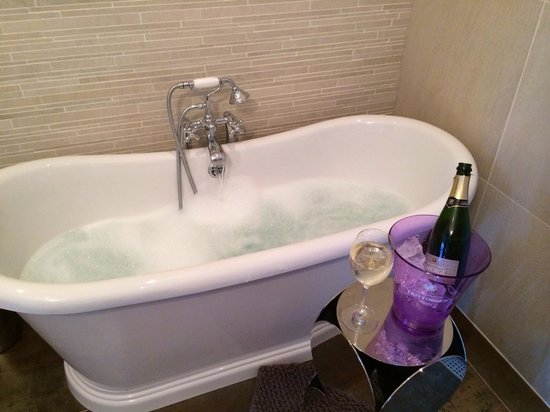 Amstel Corner Hotel: Amazing!! A bottle of champagne given by Fokko to celebrate my birthday!