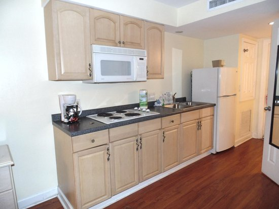 Lighthouse Resort Inn And Suites: kitchen area