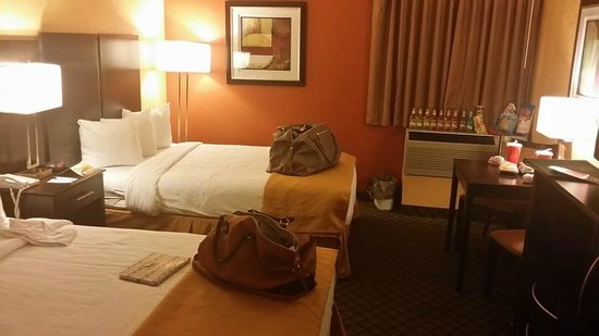 Quality Inn: Our room with the large beds, we brought our own mini-bar ;)