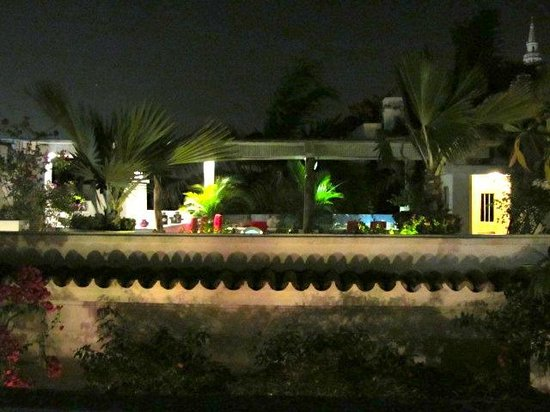 La Passion Hotel Lounge: Rooftop pool at night