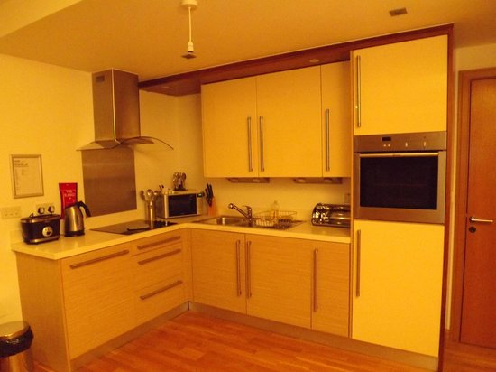 Staycity Serviced Apartments West End: Kitchen units.