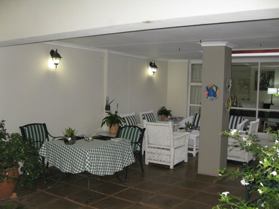 Rosebank Lodge Guest House: Covered sitting area looking onto pool and garden