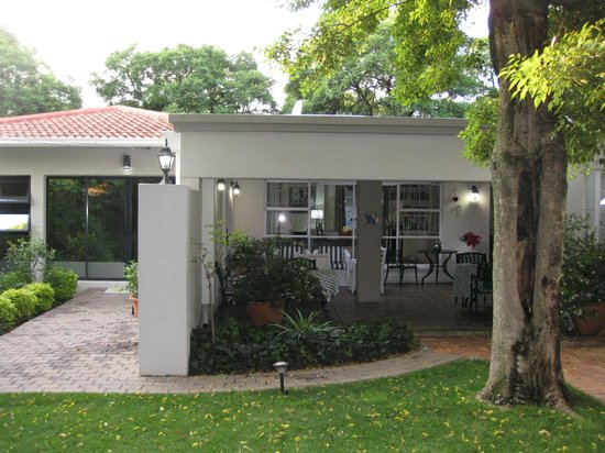 Rosebank Lodge Guest House: Executive Room and sitting area from garden