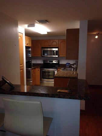 Fortune House Luxury Apartment Suites: Beautiful kitchen.