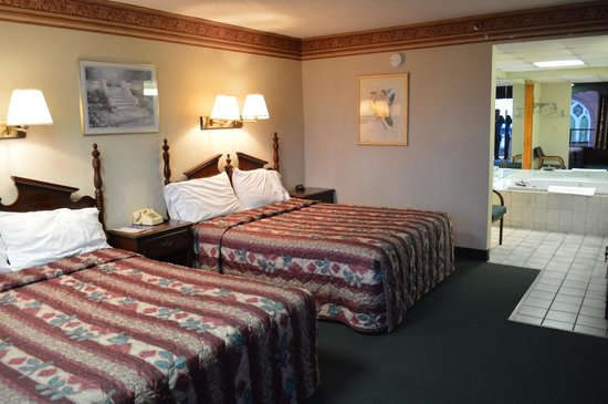 2 queen jacuzzi suite picture of riverside motor lodge for Riverside motor lodge pigeon forge