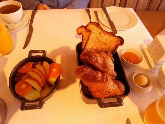 L'Auberge Carmel: breakfast - eggs to order still being cooked