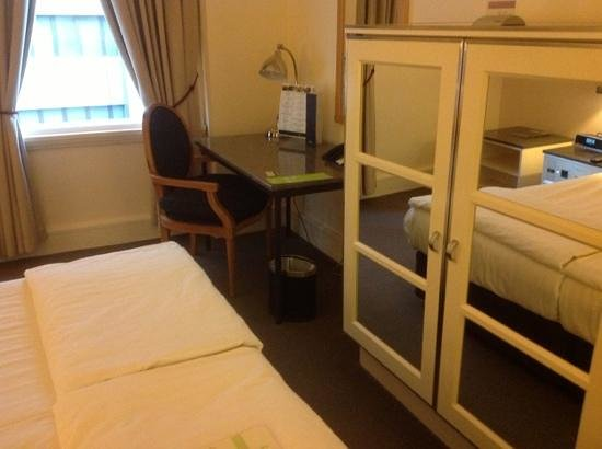 Vibe Savoy Hotel Melbourne: cant get round bed when cabinet doors open