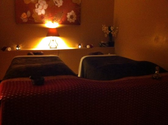 couples massage room picture of sapphire day spa. Black Bedroom Furniture Sets. Home Design Ideas