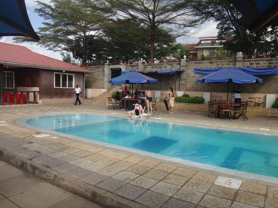 Pool looking toward the bar area picture of le savanna country hotel and lodge kisumu for Hotels in kisumu with swimming pools