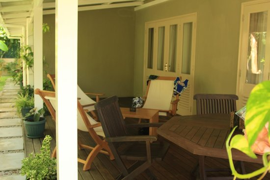 Residence Praslinoise: The verandah - a great place for an afternoon Seybrew!