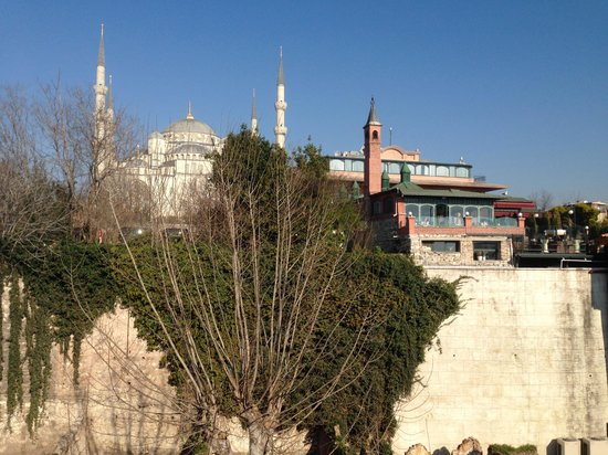 Hotel Darussaade Istanbul: View from bedroom window