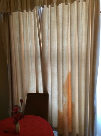 Royal Station Hotel: attractive red stain on the curtain