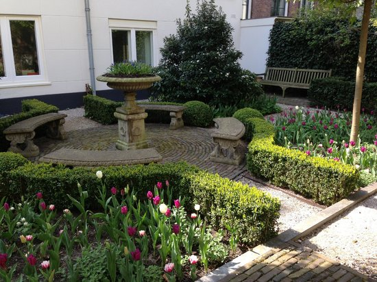 Museum of Bags and Purses: Pretty garden out back