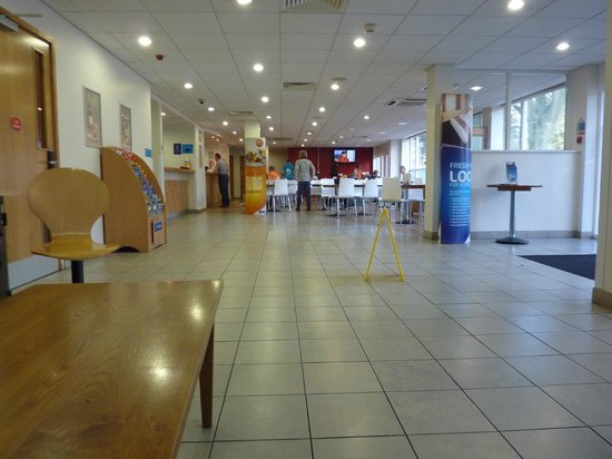 Travelodge Bournemouth Hotel: Breakfast and reception area,