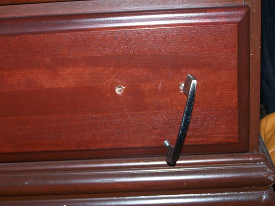 Comfort Inn & Suites Winter Park Village Area: Broken handle on dresser