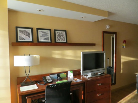 Courtyard by Marriott Chevy Chase: desk area