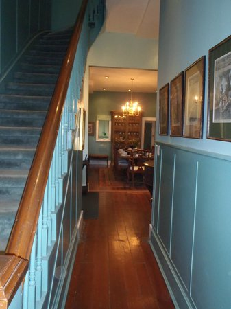 Green House Inn: Hall and Stairs