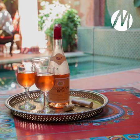 Riad Chorfa: A glass of wine in the pool area