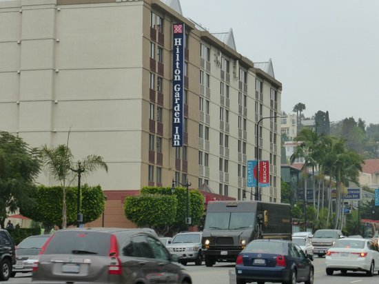 Hilton Garden Inn Los Angeles/Hollywood: Heavy traffic on Highland Ave in front of the hotel