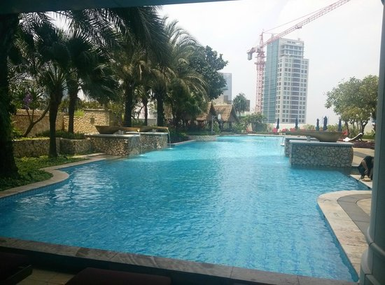 Garden by the pool picture of the ritz carlton jakarta for Green garden pool jakarta