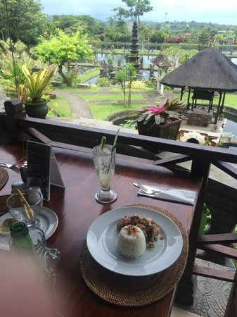 Tirta Ayu Hotel & Restaurant: Incredible view of the water palace - while enjoying a delicious lunch!