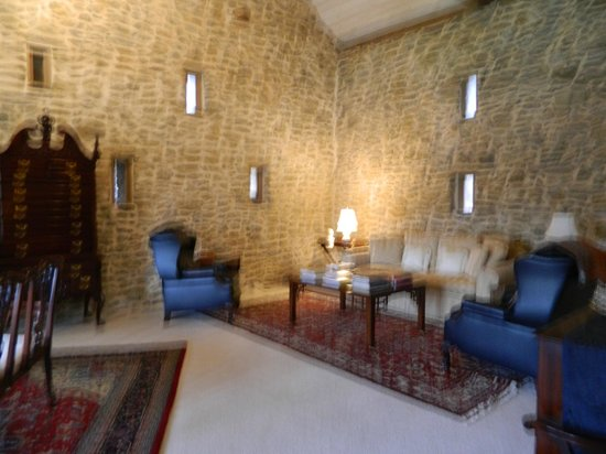 Pheasant Run Farm: Beautiful old barn stone walls in the sitting room.