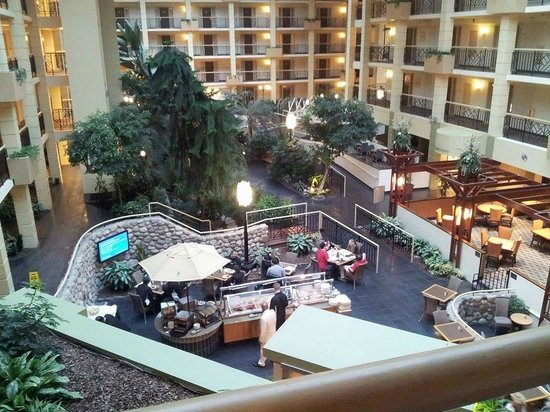 http://media-cdn.tripadvisor.com/media/photo-s/05/af/fe/a3/embassy-suites-piscataway.jpg